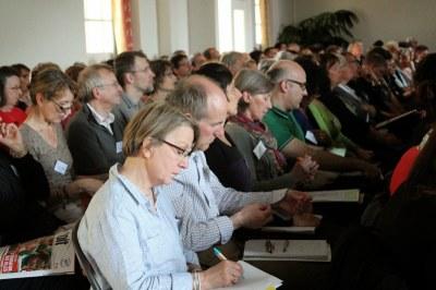 Des délégués attentifs en assemblée générale.