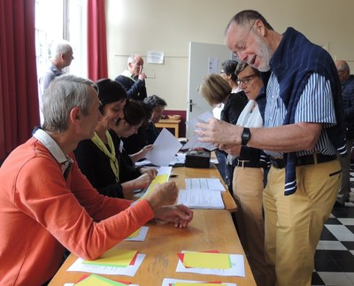 4 - Chacun se voit remettre des bulletins de vote (vert, orange et rouge)